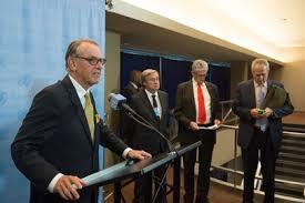 El secretario general adjunto de la ONU, Jan Eliasson (a la izquierda), en conferencia de prensa