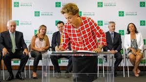 La presidenta de Brasil, Dilma Rousseff, durante la firma de una nueva ley
