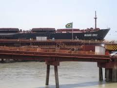 Un buque espera ser cargado en el puerto Punta da Madeira, en São Luis, en el noreste de Brasil