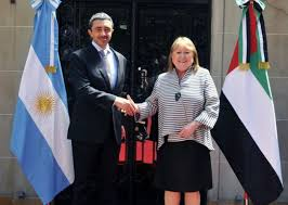 El ministro de Relaciones Exteriores de Emiratos Árabes Unidos, jeque Abdullah bin Zayed al Nahyan, y su anfitriona, la canciller argentina, Susana Malcorra,