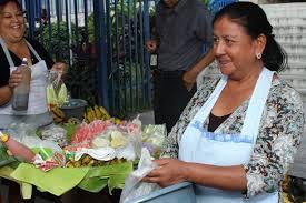 María Elena Rodríguez, de 54 años, se gana la vida vendiendo frutas en una calle de San Salvador.