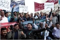 Miembros de la Unión de Periodistas de Karachi y del Club de la Prensa de Karachi