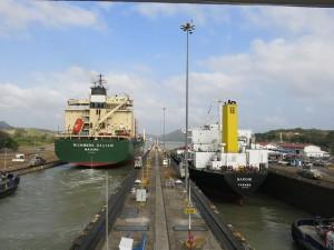 Dos barcos pasan por las esclusas de Miraflores en la parte del océano Pacífico, las más altas del antiguo sistema del Canal de Panamá