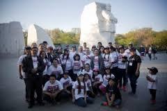 Un grupo de inmigrantes latinos y sus familiares,