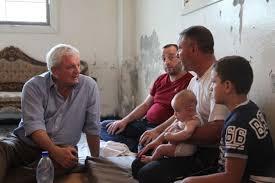 Stephen O'Brien en una visita al barrio Faj Attan de Saná, en Yemen