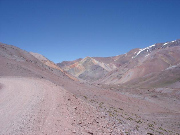 Camino-Agua-Negra.-Al-fondo-Cerro-La-Gitana-629x472